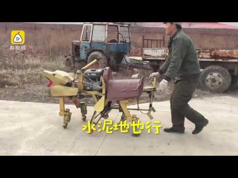 مصر اليوم - شاهد مزارع يخترع روبوت لسحب العربات في الثلج