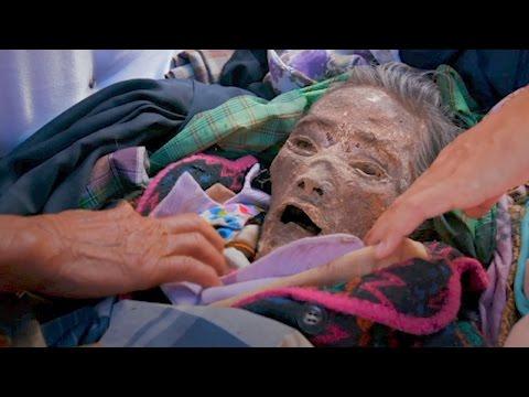 مصر اليوم - شاهد أسرة إندونيسية تعيش مع جثة جد لمدة 12 عامًا