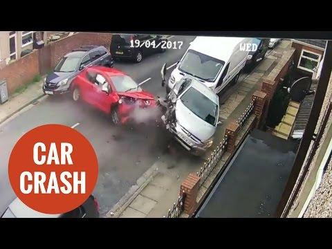 مصر اليوم - شاهد سيارة مسرعة تصطدم بـ4 سيارات