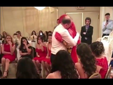 مصر اليوم - بكاء المعازيم من رد فعل أب تجاه ابنته في حفلة زفافها
