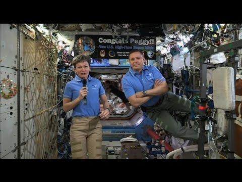 مصر اليوم - شاهد الرئيس ترامب يتواصل مع الرائدين الأميركيين في محطة الفضاء الدولية