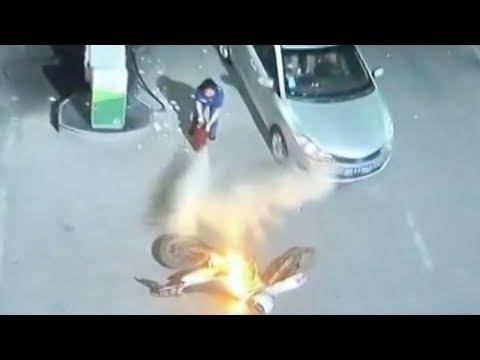 مصر اليوم - لحظة اشتعال النيران في موتوسيكل داخل محطة بنزين