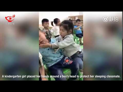 مصر اليوم - شاهد رد فعل طريف لطفلة تساعد زميلها في الحضانة