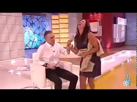 مصر اليوم - بالفيديو مذيع يمزق فستان زميلته على الهواء مباشرة