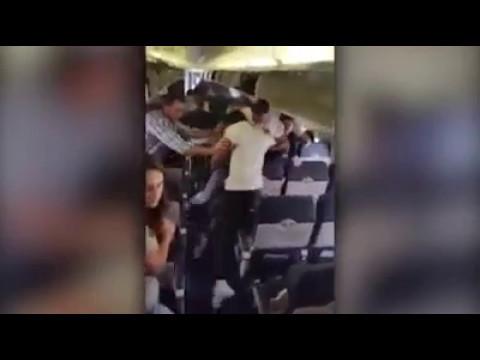 مصر اليوم - شاهد مضيفة طيران تنشر فضائح المسافرين على مواقع التواصل
