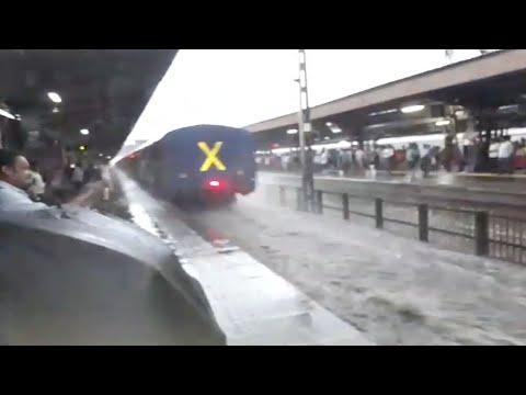 مصر اليوم - شاهد هروب الركاب لحظة دخول القطار إلى محطة في الهند