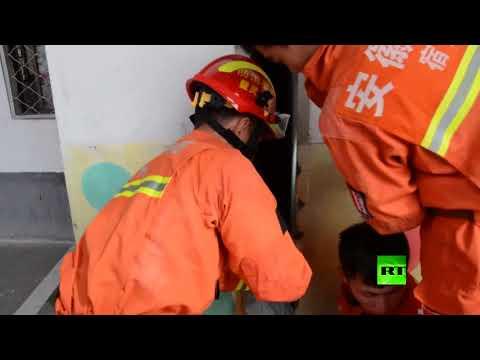 مصر اليوم - شاهد لحظة إنقاذ فتاة صغيرة عالقة بين جدران