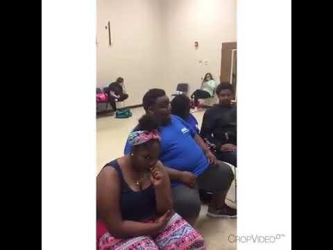 شاهد طالب بدين يبهر الإنترنت بصوته المذهل