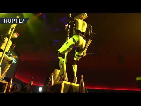 شاهد روبوتان يرقصان التعري في ناد ليلي أمريكي