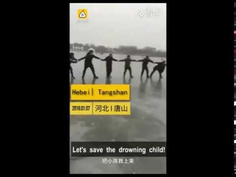 شاهد سلسلة بشرية لإنقاذ طفل من الغرق