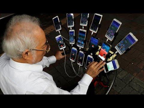 شاهد سبعيني تايواني يلعب بوكيمون غو بـ 15 هاتفًا على دراجته