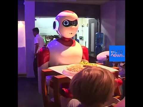 شاهد روبوتات محلية الصنع تتولى مهام النادل في إحدى مطاعم كاتماندو