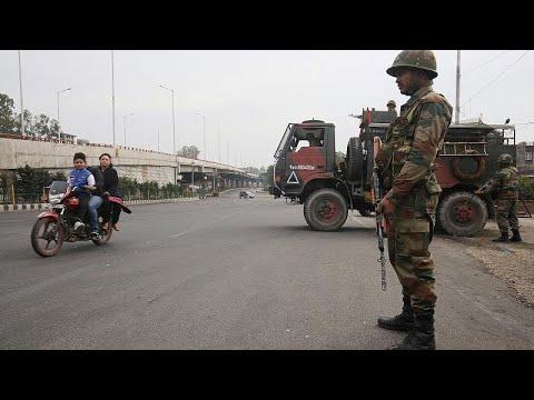 شاهدطرد مسلمين من كشمير بعد هجوم على قوات هندية