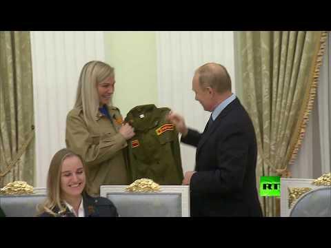 شاهد رواد فرق العمل الطلابية يقدمون للرئيس بوتين هدية قيمة
