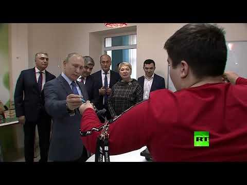 شاهد شاب يقدم للرئيس الروسي مشروع محطة طاقة كهرمائية نقالة