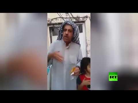 شاهد عراقي ينعي راتبه الذي استقطعت الحكومة جزءًا منه بأغنية مع أطفاله