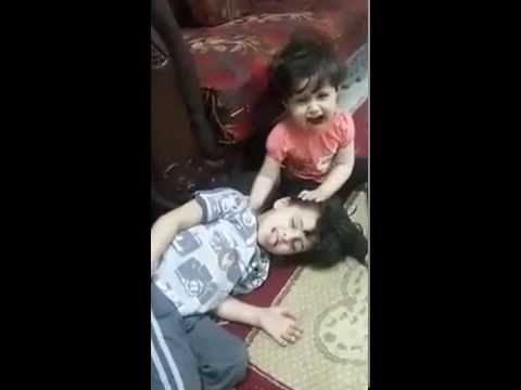 شاهد طفلة تبكي شقيقها عندما اعتقدت
