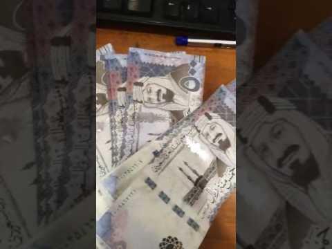 مصر اليوم - شاهد سعودي يكشف الفرق بين النقود الحقيقية والمزورة