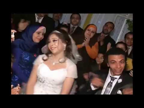 مصر اليوم - شاهد أقوى دويتو بين عريس وعروسة في حفلة زفافهما
