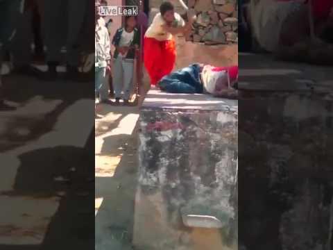 مصر اليوم - شاهد امرأة تلقّن زوجها علقة ساخنة في الشارع