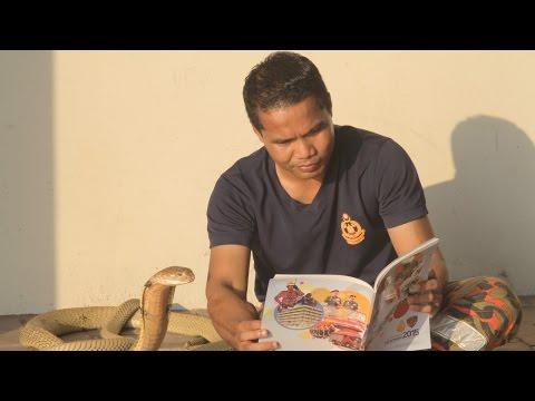 مصر اليوم - مروّض ثعابين يحتفظ بكوبرا في منزله