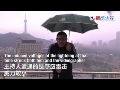 مصر اليوم - بالفيديو مراسل نشرة جوية يتعرّض إلى صاعقة برق في بث مباشر