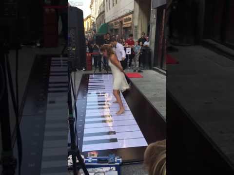 مصر اليوم - بالفيديو وصلة رقص رائعة لفتاة صغيرة أثناء العزف على بيانو ضخم بقدميها
