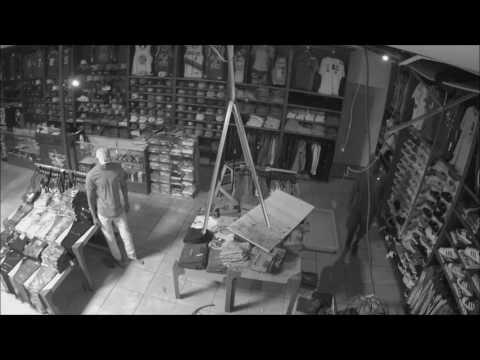 مصر اليوم - حرامي حاول الهرب من سقف متجر فنال عقابه