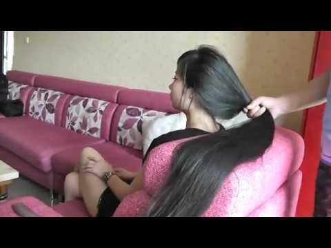 مصر اليوم - فتاة تفرط في شعرها بمنتهى الغرابة