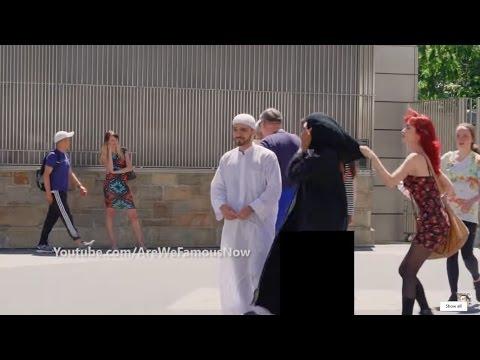 مصر اليوم - شاهد مواطنة أجنبية تسحب الحجاب عن امراة عربية أمام زوجها