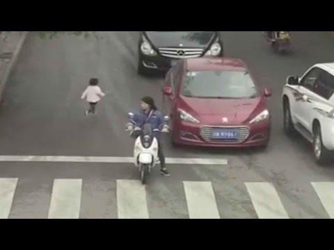 مصر اليوم - بالفيديو طفلة تعبر أحد الشوارع المزدحمة وتدهسها سيارة دون أن تتأثّر