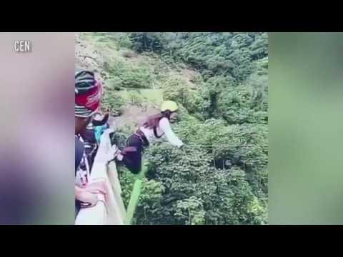 مصر اليوم - بالفيديو سقطة مروعة لفتاة مغامرة من فوق جسر ارتفاعه 15 مترًا