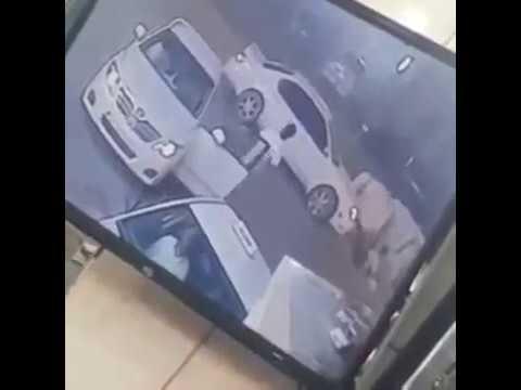 مصر اليوم - بالفيديو لحظة دهس سيارة لشخص أثناء عبوره الطريق بالرياض