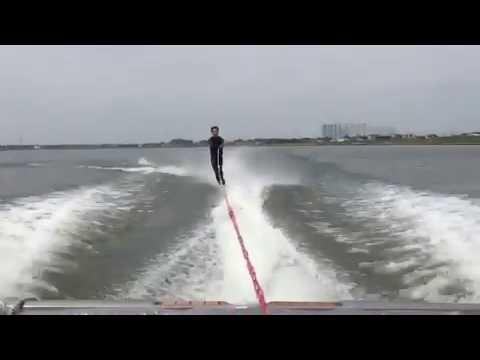 مصر اليوم - بالفيديو سمكة تطير في الهواء لتوجه ضربة مميتة إلى شاب مغامر