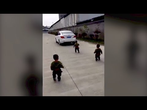 مصر اليوم - بالفيديو 3 توائم يمنعون والدهم من الذهاب إلى العمل بطريقة مؤثرة