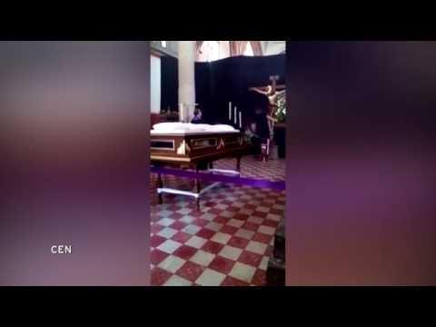 مصر اليوم - بالفيديو رأس تمثال مصلوب داخل كنيسة يتحرّك من مكانه