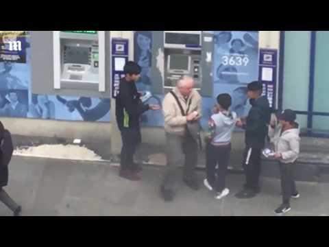 مصر اليوم - بالفيديو عجوز يلاحق عصابة أطفال حاولت سرقته أمام صراف آلي