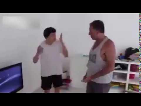 مصر اليوم - بالفيديو أب يثير غضب ابنه بحرق جهاز إكس بوكس في الفرن