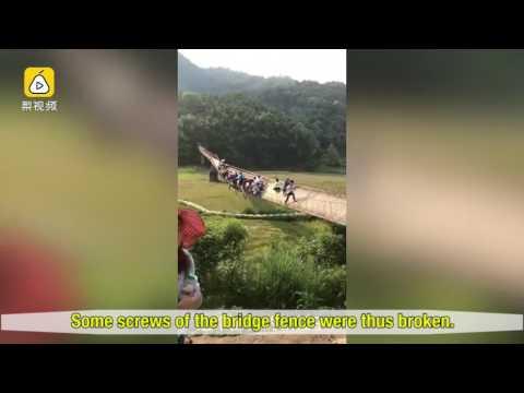 مصر اليوم - بالفيديو محاصرة 20 سائحًا على جسر مائل في الصين