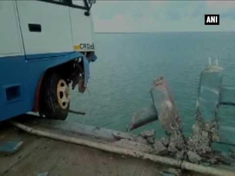 مصر اليوم - شاهد أتوبيس سياحي ينجو من السقوط في البحر بأعجوبة