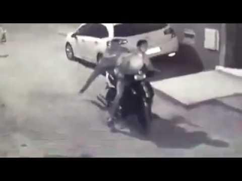 مصر اليوم - بالفيديو لصان على موتوسيكل يسرقان فتاة بعد تهديدها بالسلاح