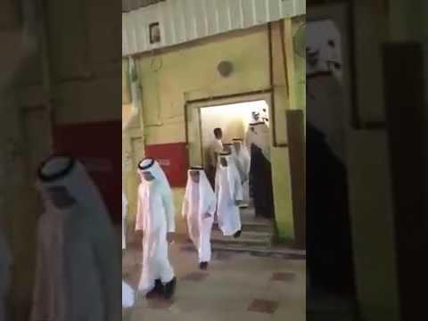 مصر اليوم - تصرف معلم مع طالب في حفلة التخرج يشعل مواقع التواصل