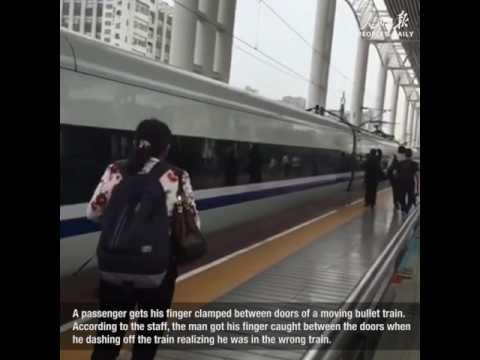 مصر اليوم - رجل يحشر إصبعه بين أبواب قطار متحرك