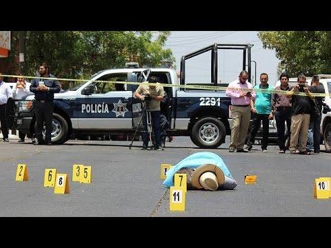 مصر اليوم - شاهد مقتل إعلامي بالرصاص في المكسيك