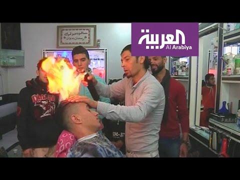 مصر اليوم - شاهد حلّاق مصري يحرق شعر زبائنه
