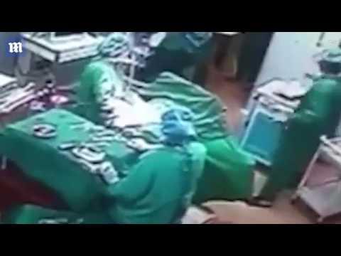 مصر اليوم - شاهد  جراح وممرضة يحولان غرفة العمليات إلى حلبة مصارعة