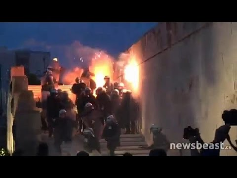 مصر اليوم - شاهد الحكومة اليونانية بين سندان الاحتجاجات الشعبية ومطرقة الدائنين الدوليين