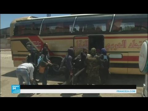 مصر اليوم - بالفيديو مسلحو حي الوعر في حمص يغادرونه إلى إدلب وجرابلس