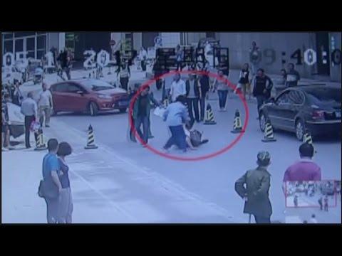 مصر اليوم - بالفيديو رجل جريء يعرقل لصًا سرق حقيبة امرأة حامل