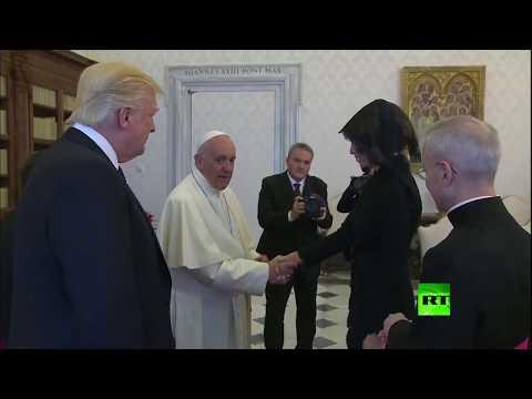 مصر اليوم - شاهد بابا الفاتيكان يُفاجئ ميلانيا ترامب بسسؤال لم تفهمه